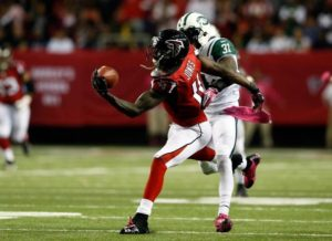 ATLANTA, GA - OCTOBER 07: Wide receiver Julio Jones #11 of the Atlanta Falcons makes a catch as cornerback Antonio Cromartie #31 of the New York Jets defends during their game at the Georgia Dome on October 7, 2013 in Atlanta, Georgia. (Photo by Kevin C. Cox/Getty Images)
